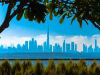 градски силует над водната площ през деня