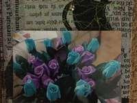 Eine blau gestrichene Rose