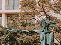 muž, který držel sochu knihy