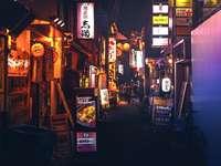 магазин с включени светлини през нощта
