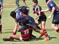 2 bărbați în tricou de tricou negru și roșu care joacă fotbal