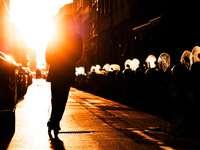 хора, които се разхождат по улицата през нощта