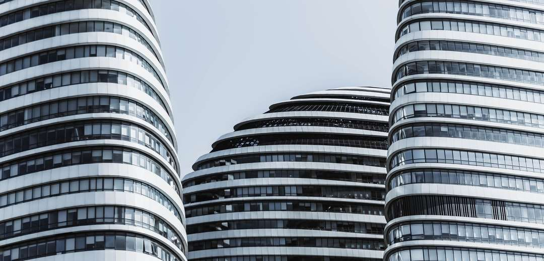 Graustufenfoto des Hochhauses - Peking Wangjing Soho. Peking, 北京市 中国 (18×9)