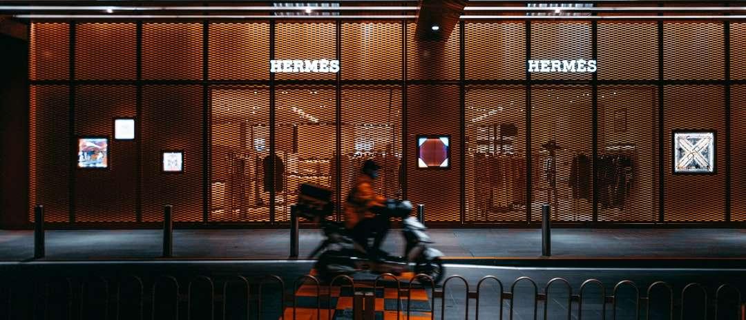 man in black jacket sitting on bench - Hermes in Beijing. Beijing, 北京市中国 (6×3)
