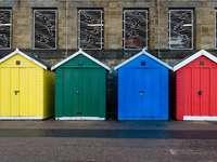 blauw rood geel en groen houten deuren