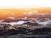 Luftaufnahme der Stadt während der Nachtzeit