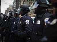 2 polițiști în uniformă neagră