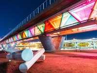 Puente de hormigón marrón y blanco durante la noche