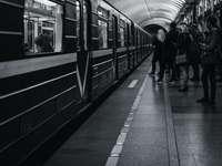снимка в сивата скала на хора, които се разхождат на гарата