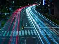 Time lapse photographie de voitures sur route pendant la nuit