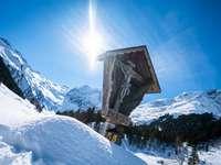 montagna coperta di neve sotto il cielo blu durante il giorno