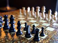 Pièce d'échecs noire sur l'échiquier