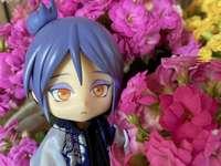 Konan mitt i vackra blommor