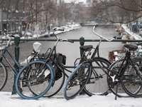 svart stadscykel på snötäckt mark under dagtid