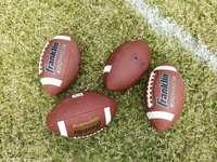 biało-czerwona piłka nożna na zielonej trawie