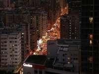 výškové budovy v noci