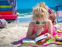 κορίτσι σε ροζ φανελάκι φορώντας γυαλιά διαβάζοντας το βιβλίο