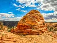 formação de rocha marrom sob céu azul durante o dia