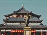 кафяв и червен храм под синьо небе през деня