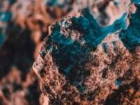 fragmento de pedra marrom e preta