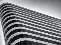 edificio in cemento grigio e nero