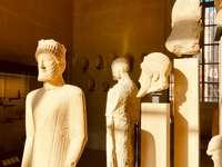 posąg człowieka w białym garniturze