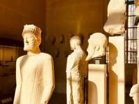 man in wit pak standbeeld