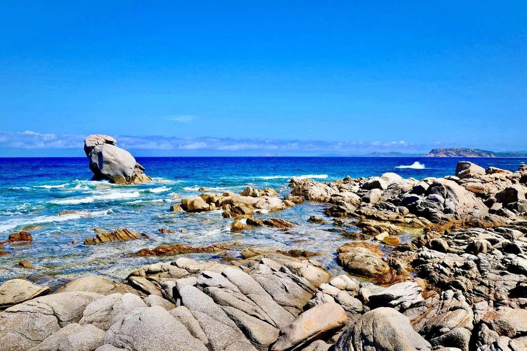 roci maronii pe mare albastră sub cer albastru în timpul zilei - Gallura, Sardinia, Italia. Gallura, Sardegna, Italia (6×4)