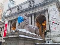 szary betonowy posąg mężczyzny w niebieskim kapeluszu