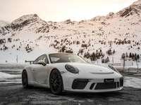 Silver Porsche 911 sur route pendant la journée
