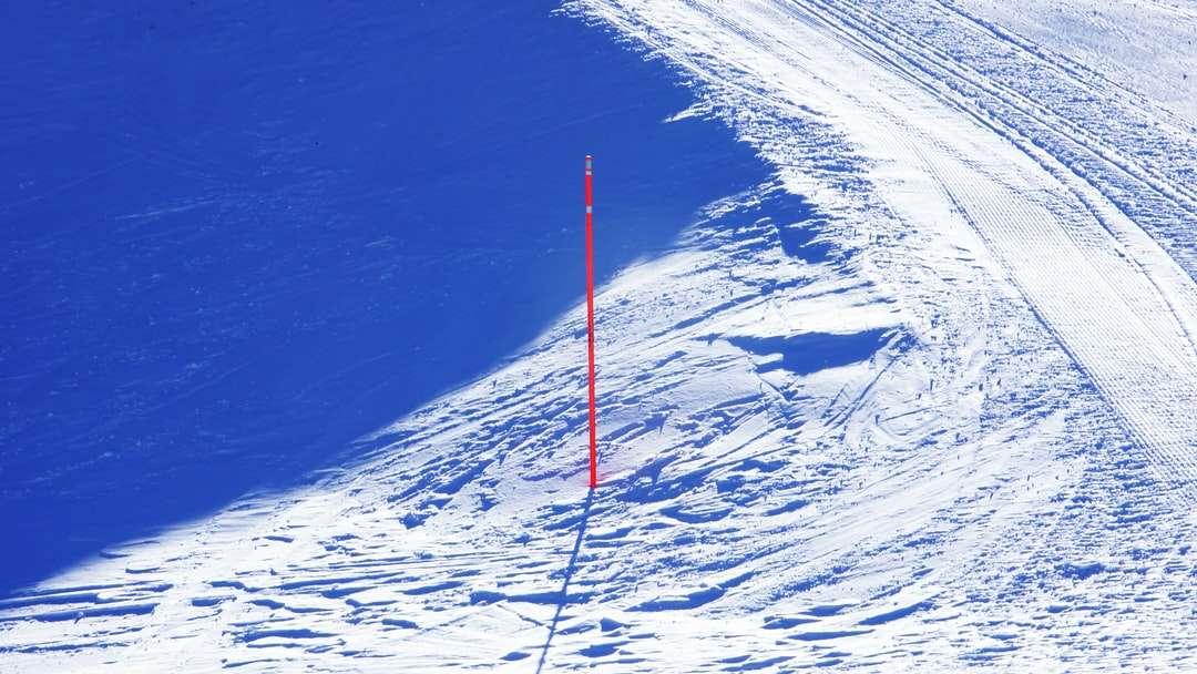 tija de metal roșu și alb pe teren acoperit de zăpadă - tija de metal roșu și alb pe teren acoperit de zăpadă în timpul zilei (15×9)