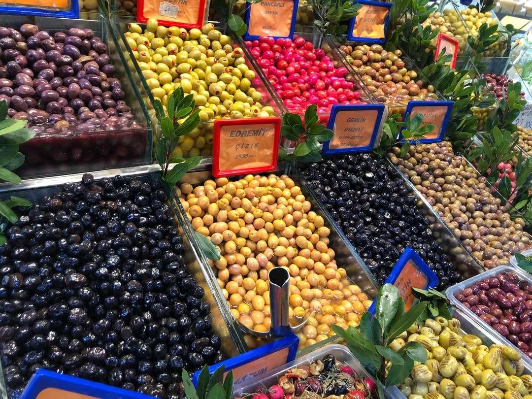 assorted fruits on blue plastic crate - Mercado de Kadikoy. Kadiköy, Kadiköy, Turquía (9×7)