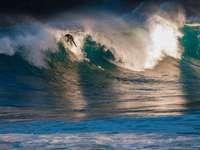 om navigând pe valurile mării în timpul zilei