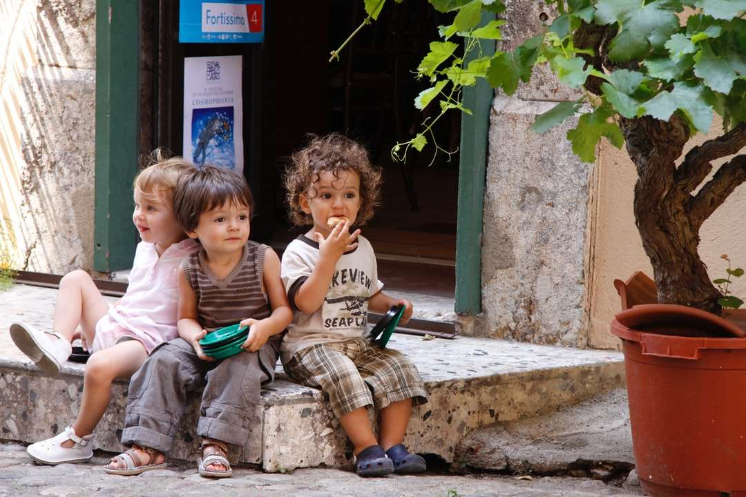 2 chłopców i dziewczynka siedzą na betonowej ławce - Montpellier, Frankrijk (12×8)