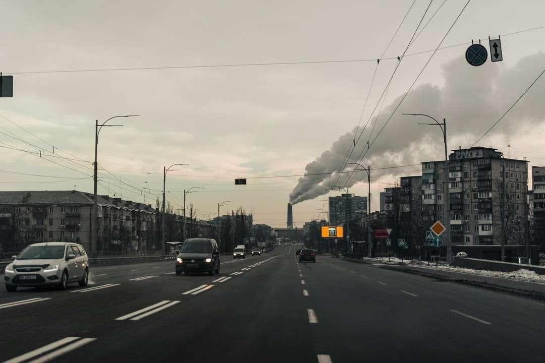 Autos sind tagsüber unterwegs - Verschmutzung in Aktion. Kiew, Kiew, Ukraine (12×8)
