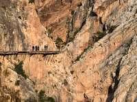 καφέ ξύλινη γέφυρα σε καφέ βραχώδες βουνό κατά τη διάρκεια της ημέρας