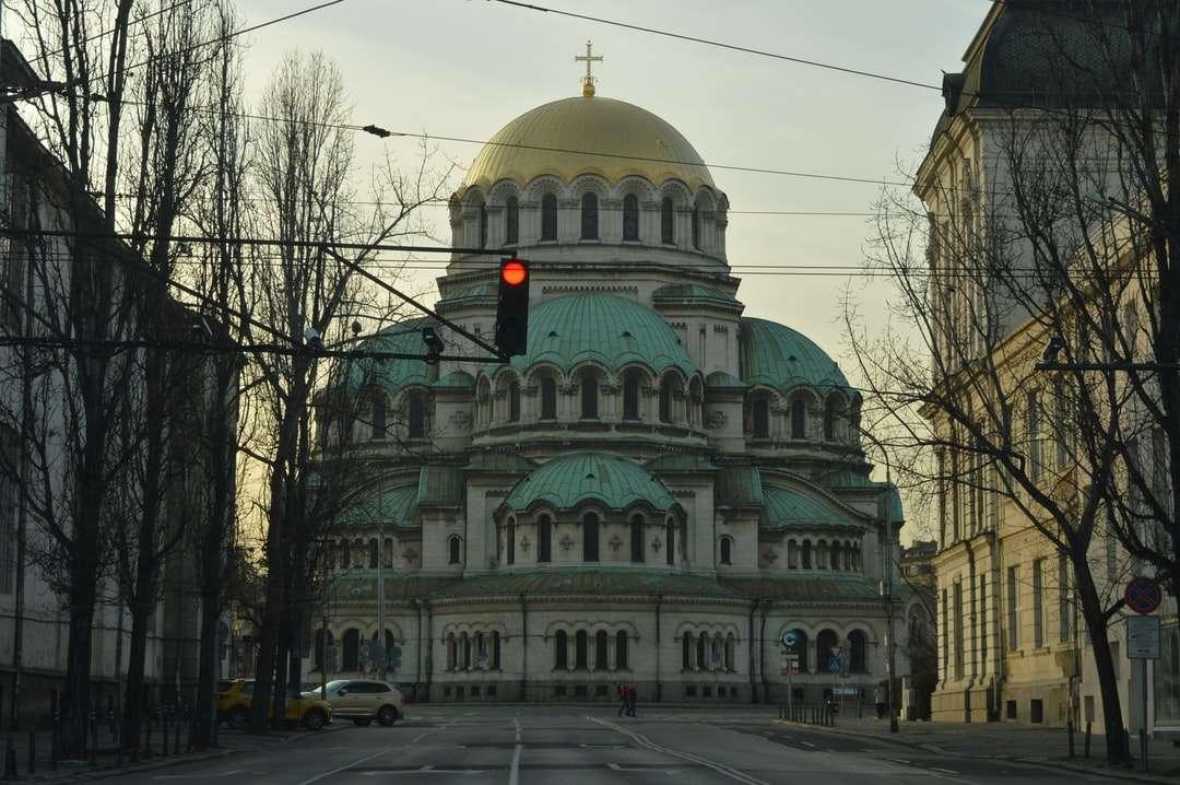 бяла и зелена бетонна сграда - Катедралата Александър Невски по залез (3×2)