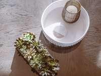 xícara de chá de cerâmica branca em pires de cerâmica branca