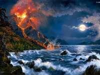 volcán en la noche junto al mar