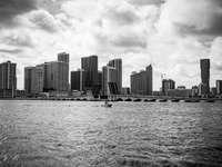 fotografie în tonuri de gri a orizontului orașului