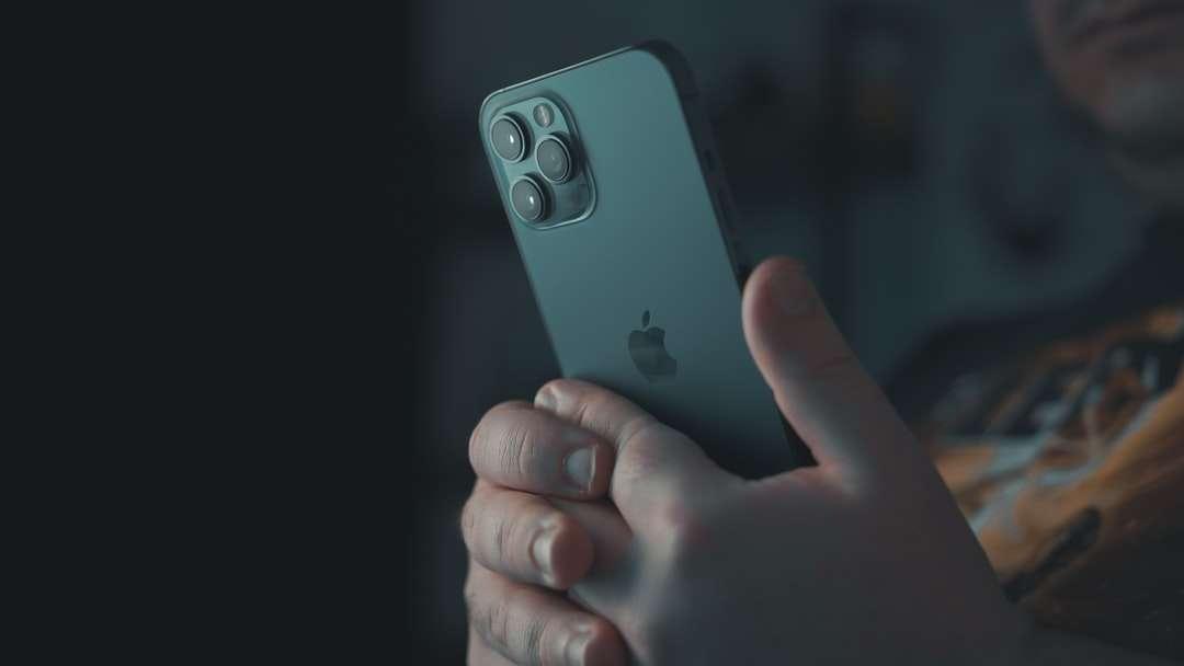 ezüst iphone 6-t tartó személy - Zárja be az iPhone 12 Pro Max készüléket (15×9)
