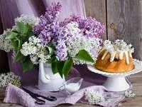 lila blommor och groblad