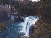 vodopády uprostřed lesa