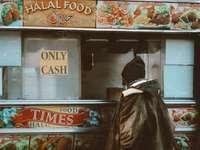άτομο με μαύρο δερμάτινο μπουφάν και μαύρο πλεκτό καπάκι