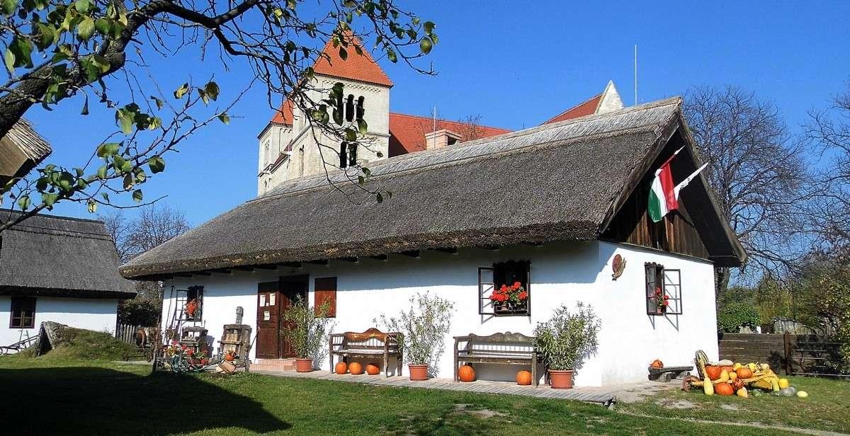 Historiska hus i museumbyn av Ungern (17×9)