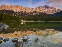 montanha marrom perto do corpo d'água durante o dia