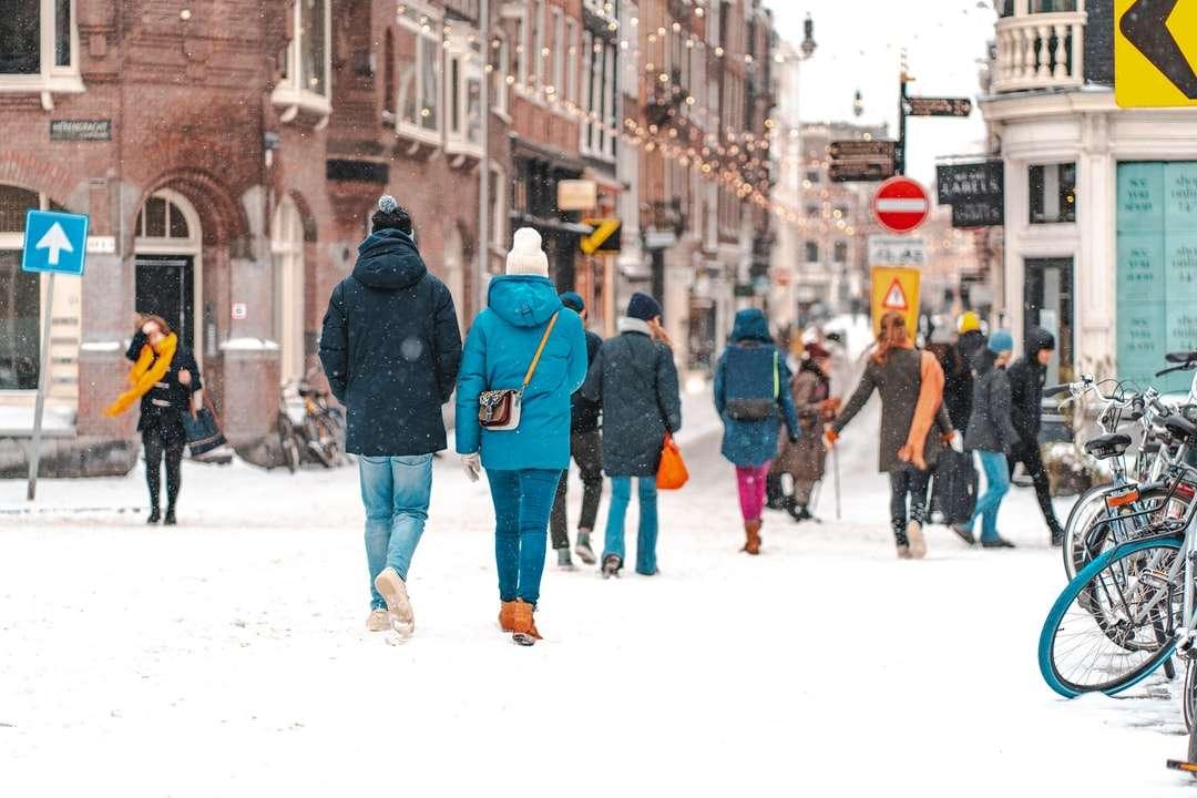 Menschen, die tagsüber auf schneebedeckter Straße gehen - Amsterdam, Niederlande (4×3)