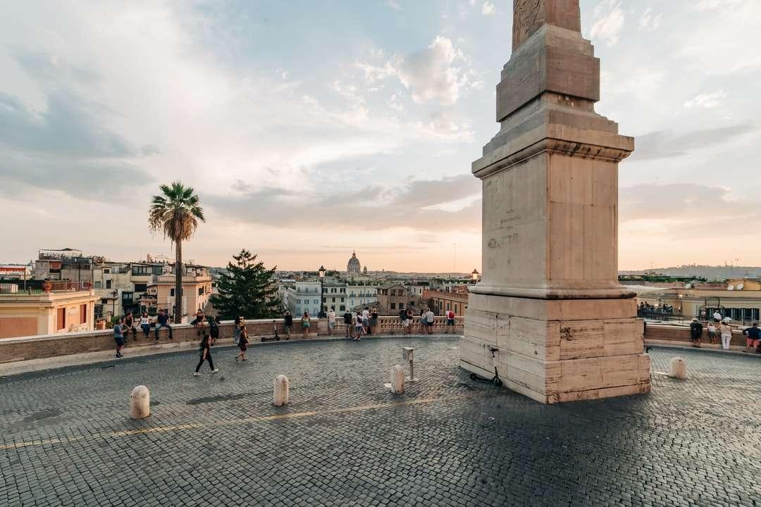 хора, които се разхождат през парка през деня - Широкоъгълен изглед на терасата над Испанските стъпала в Рим, Италия, по време на заключване на Covid-19. Trinita 'Dei Mo (9×6)