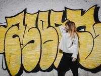 жена в бяла риза с дълъг ръкав и черен панталон