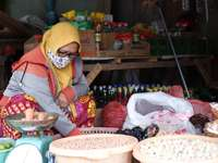 žena ve žlutém hidžábu a červené a bílé sárí